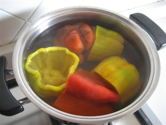 Quando l'acqua inizierà a bollire tuffateci i peperoni e lasciateli sbollentare per circa 20 minuti. Trascorso il tempo indicato scolateli e metteteli da parte.