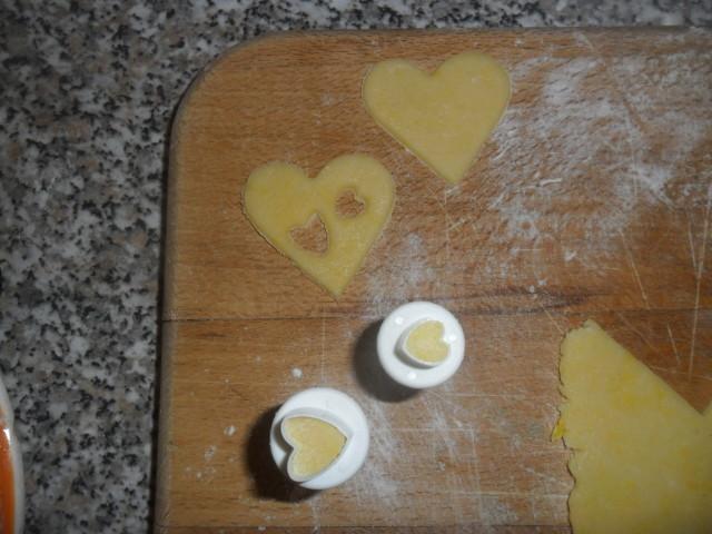 e con gli appositi stampini (io ho usato cuori e stelle di diverse misure) create i vostri biscotti.