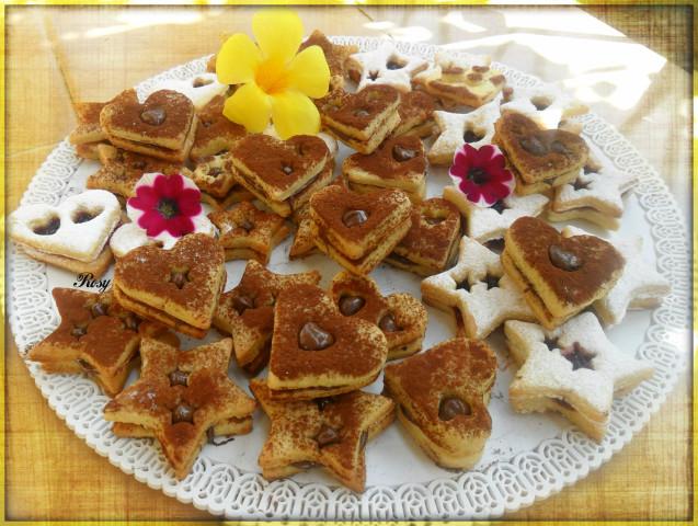 e di cacao quelli da farcire con crema nocciola o cioccolato, a vostro piacimento. Unite i biscotti collocando sulla base del biscotto un pò di crema o marmellata.