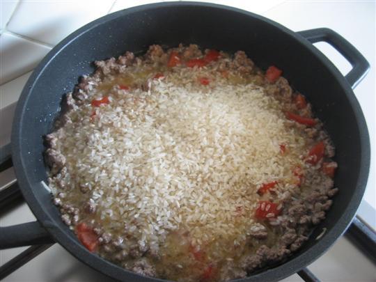 aggiungere il riso, mescolare e farlo tostare per qualche istante.