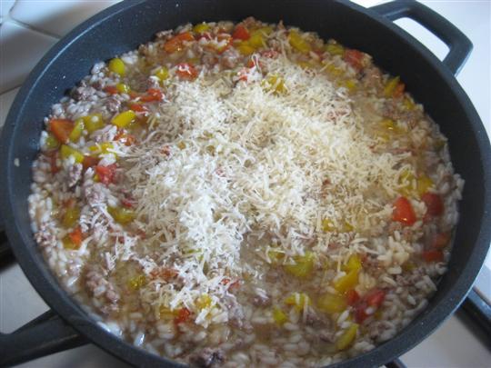 Spegnere il fuoco e versare il parmigiano e il pecorino amalgamare il tutto