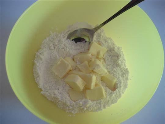 in una ciotola mescolare lo zucchero a velo con il burro