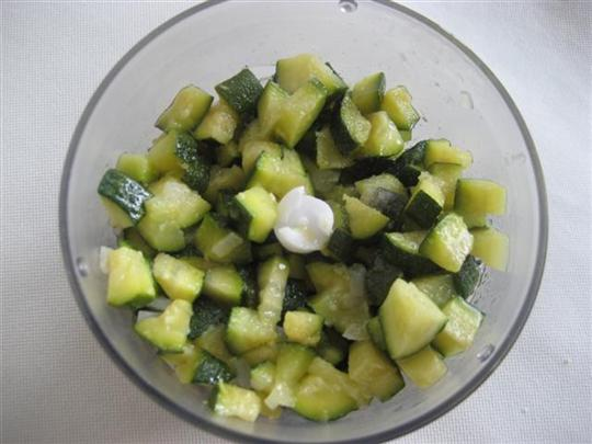 Quando le zucchine saranno cotte, le versiamo nel tritatutto insieme a 2 foglie di basilico e se necessario un pizzico di sale.