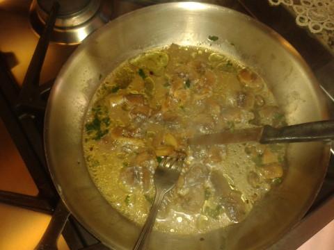 Cuocere a fuoco basso per almeno 7 minuti, fin quando l'acqua che rilasciano i funghi evapora,