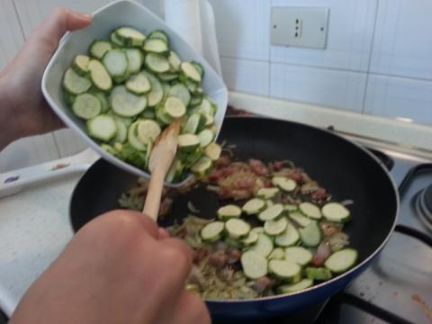 Unite le zucchine tagliate a rondelle alla cipolla e pancetta soffritta.