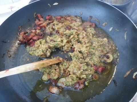 Unite nuovamente le zucchine frullate alla pancetta e alla cipolla.