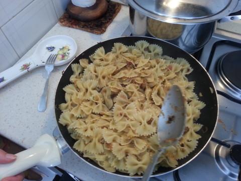 Aggiungete la pasta alle zucchine, mantecate con un po' d'acqua di cottura e amalgamate il tutto.
