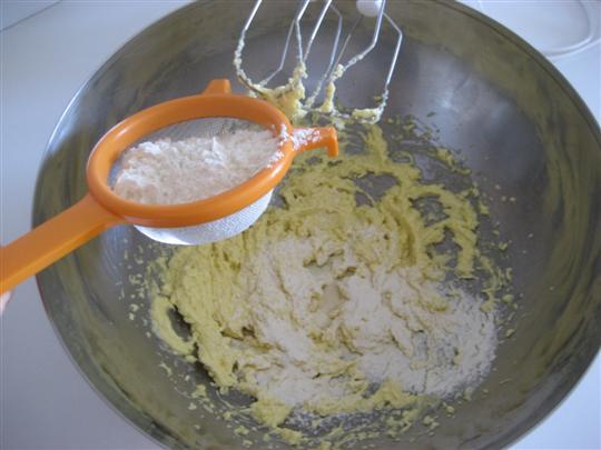 aggiungere la farina setacciata e mescolare