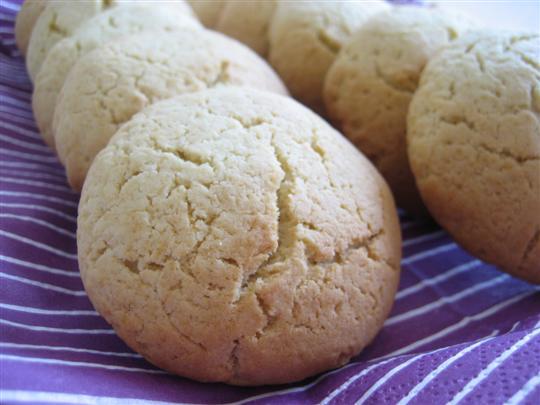 Cuocere i biscotti morbidi in forno preriscaldato a 170° per circa 15 minuti.