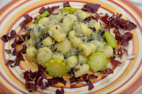 gnocchi di patate, zucchine, zafferano e radicchio presentazione