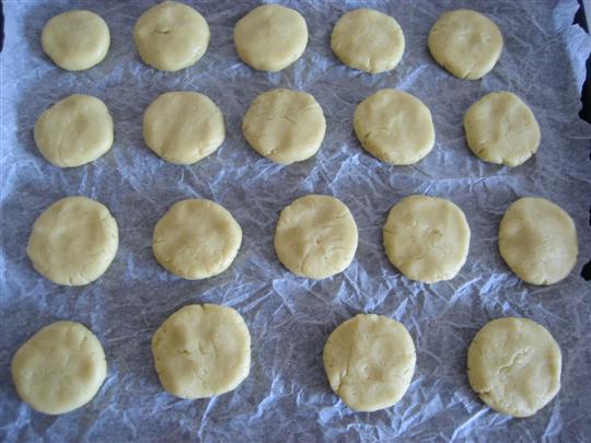 Disporre in una teglia della carta da forno e adagiare i biscotti.