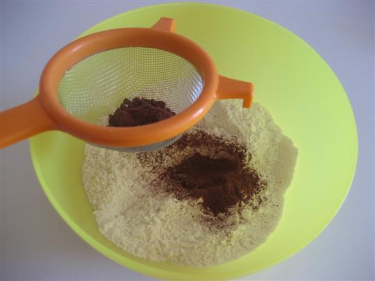 In una ciotola setacciare la farina, il cacao e il lievito