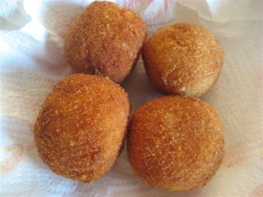 Friggere gli arancini in olio di semi fin quando risulteranno dorati (circa 4 - 5 minuti). Scolarli con una schiumarola e adagiarli su carta assorbente.