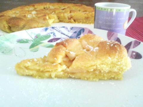 Crostata di marmellata di albicocche con mandorle e mele