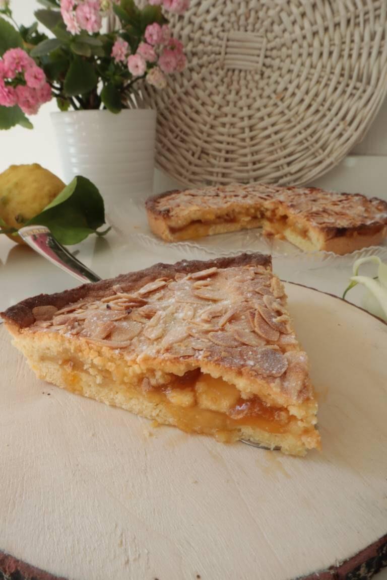 Crostata di marmellata all'albicocca con mele e lamelle di mandorle