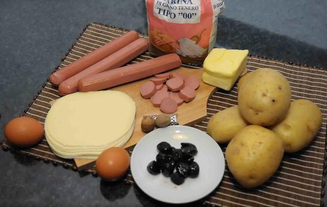 ingredienti Torta salata con patate, wurstel e olive nere