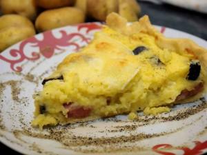 Torta salata con patate, wurstel e olive nere