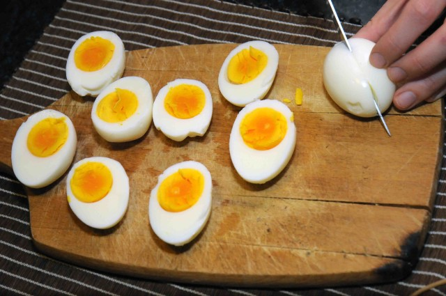 uova sode tagliate a metà