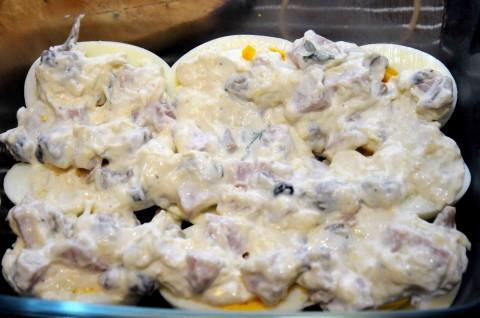 primo strato del composto su uova sode