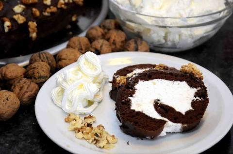 Rotolo al cioccolato con panna e noci