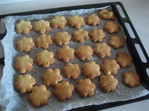 Sfornare i biscotti e farli raffreddare