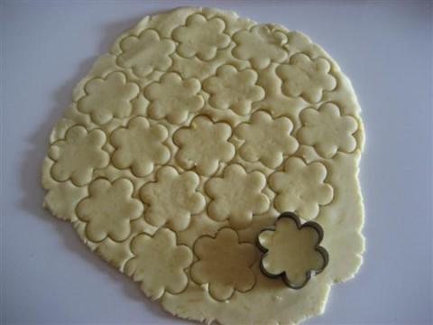 Stendere l'impasto e creare i biscotti con le formine