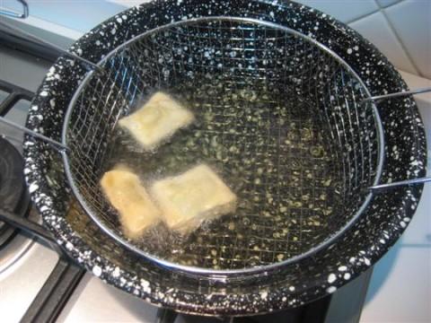 Friggere i ravioli per qualche minuto, dovranno risultare leggermente dorati. Adagiare i ravioli su carta assorbente