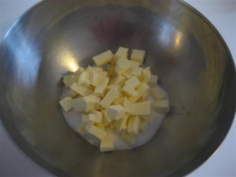 Mescolare velocemtente lo zucchero con il burro