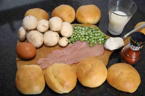 ingredienti: panini ripieni con funghi, petto di pollo, piselli e paprika