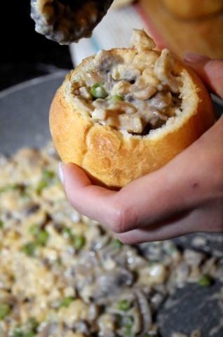 Panini ripieni con funghi, petto di pollo, piselli e paprika