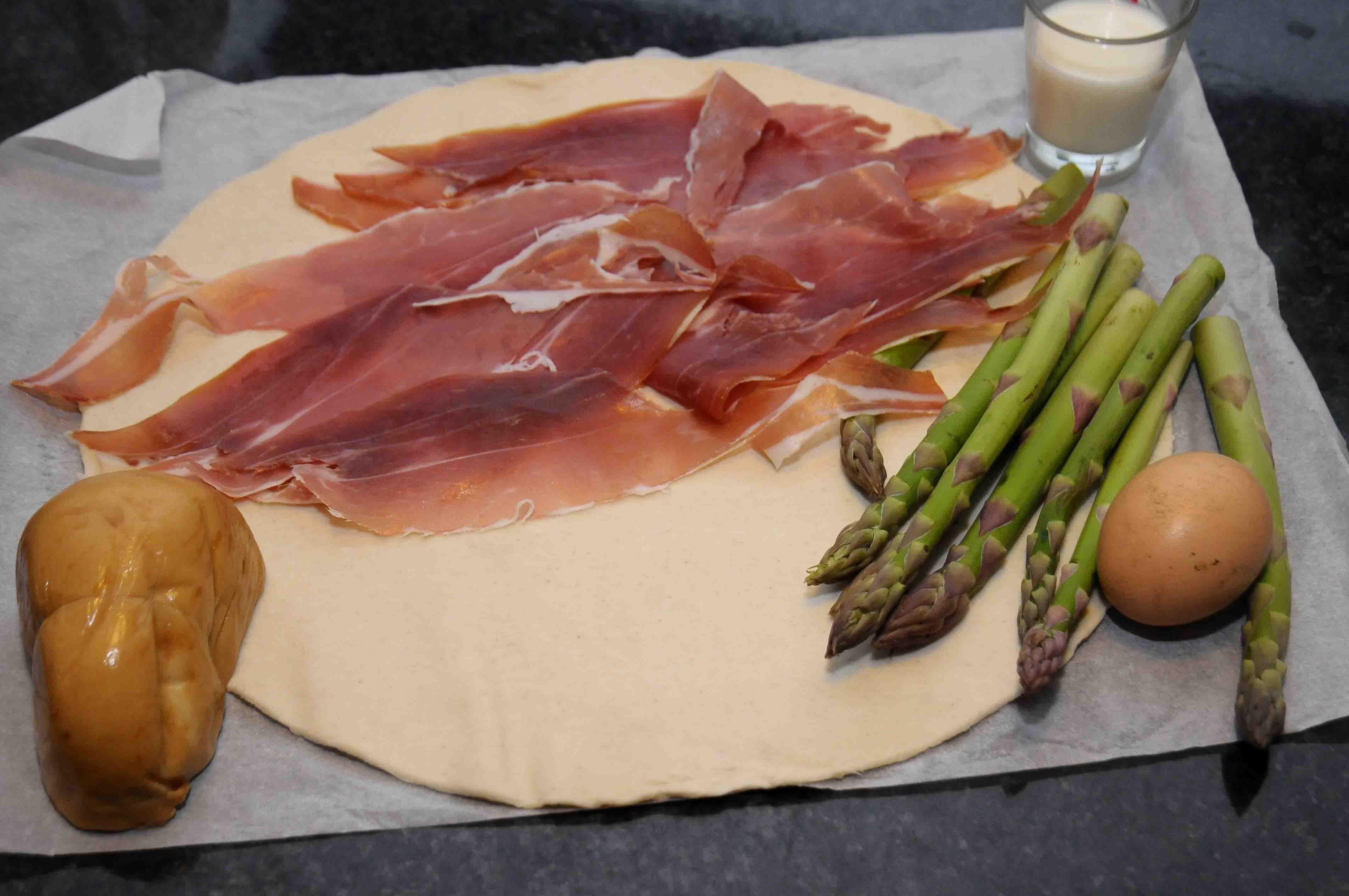 Sfogliata con asparagi prosciutto crudo e scamorza
