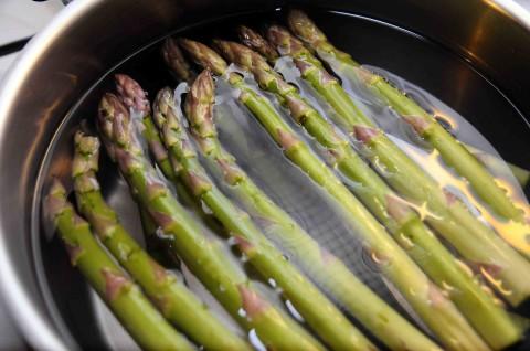 Lavate e private della parte bianca (che si trova alla fine ) gli asparagi e metteteli in abbondante acqua salata e fateli lessare per circa dieci minuti