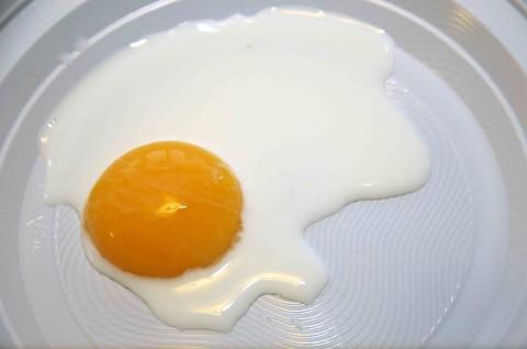Mettete il tuorlo in un altro piatto con i due cucchiai di latte,