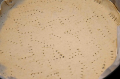 stendete la pasta sfoglia in due dischi di 20 cm circa e bucherellatene uno con la forchetta,