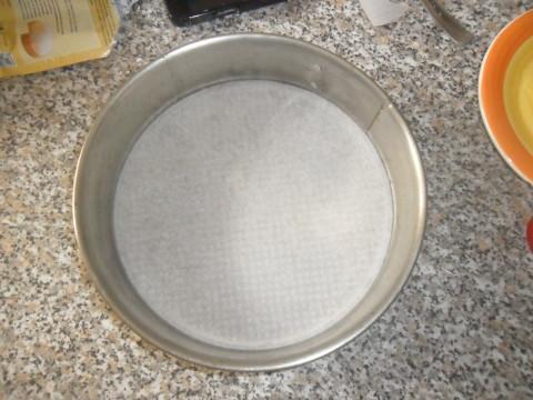 Ricoprire con carta da forno il fondo di uno stampo a cerniera di 24 cm.
