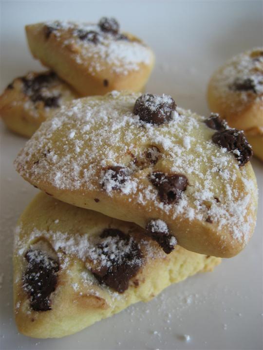 Spolverare con zucchero a velo i biscotti con farina di riso e gocce di cioccolato