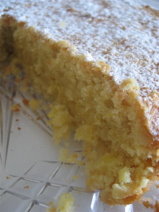 Lasciare raffreddare la torta veloce di mandorle, spolverare con zucchero a velo
